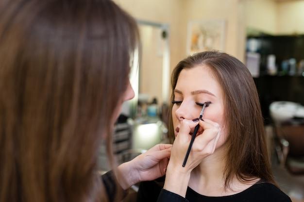 Visagist maakt mooie vrouw make-over