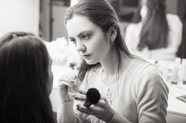 Visagist make-up toepassen
