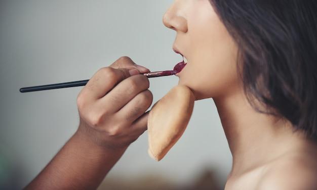 Visagist op het werk. make-up vrouw fotomodel