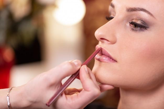 Visagist past rode lippenstift toe