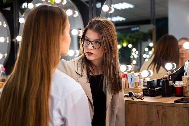 Visagiste make-up op vrouw doet