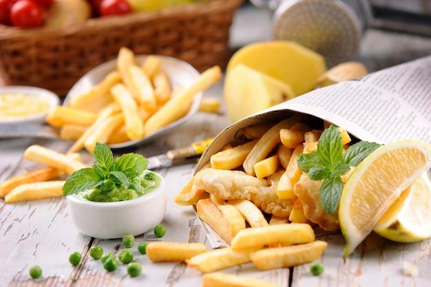 Vischips in houten tafel