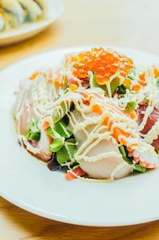 Visgerechten sashimi salade