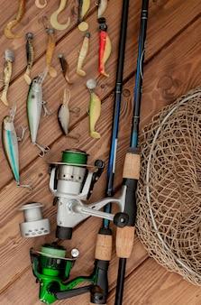 Visgerei - spinnen, haken en kunstaas op hout