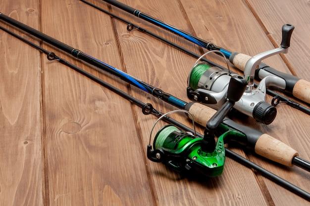 Visgerei - visserij spinnen, haken en kunstaas op houten achtergrond met kopie ruimte.