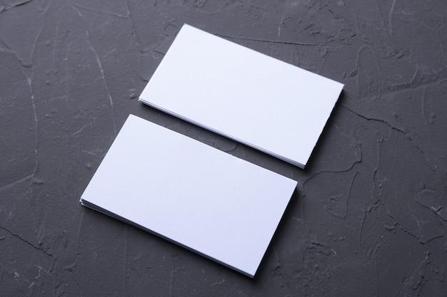 Visitekaartje leeg op beton rock. corporate briefpapier, merkmodel. creatief designbureau. plat leggen. kopieer ruimte voor tekst. sjabloon voor id.