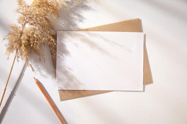 Visitekaartje met een gedroogde lagurus-decoratie op een tafel.