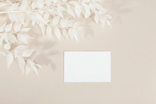 Visitekaartje met versierde takken mockup