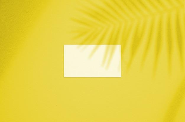Visitekaartje mockup. verlichtende pantone-kleur van het jaar 2021