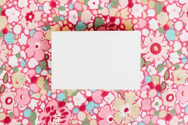 Visitekaartje op mooie bloemen achtergrond voor mock up
