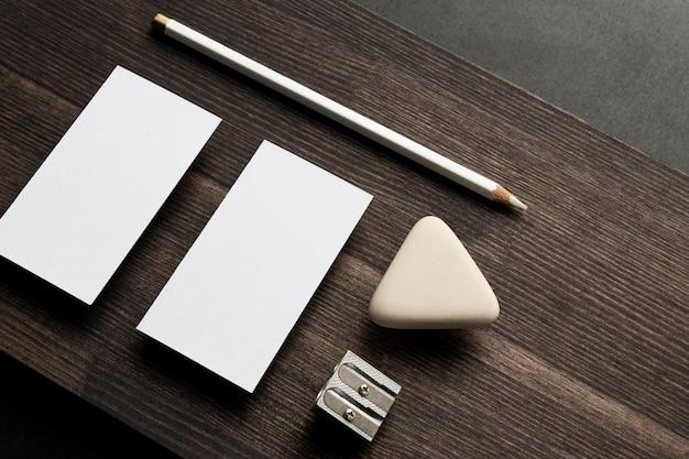 Visitekaartjes met potlood en gum bovenaanzicht