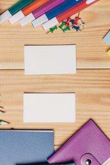 Visitekaartjes veelkleurige markeringen blocnotes bureau school items.