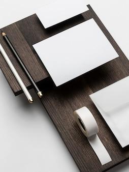 Visitekaartjespapier en plakband
