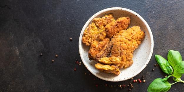 Viskuit snack schnitzels kaviaar gebakken maaltijd op tafel kopieer ruimte voedsel achtergrond pescetarian dieet