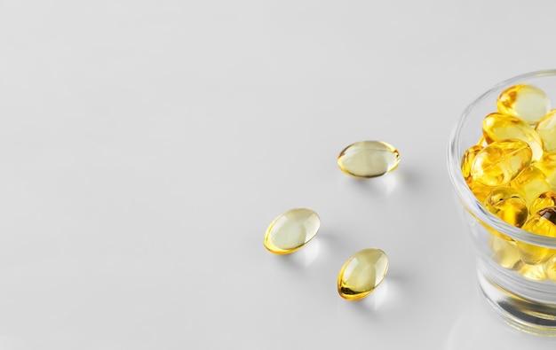 Visoliecapsules in een glazen kom