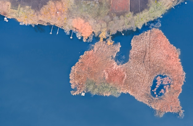 Visplaats, een klein eiland met riet, vlakbij het meer. herfst landschap van luchtfoto.