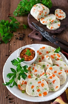 Visrolletje (rollade) met doperwtjes en worteltjes