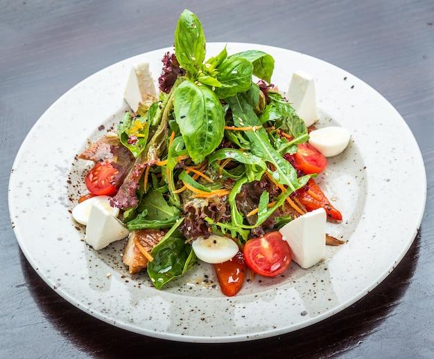 Vissalade - gegrilde zeebaars en groenten op tafel