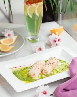 Vissen in saus op de tafel