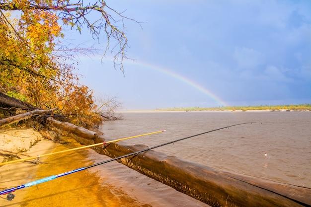 Vissen op de rivier nadym en prachtige regenboog. jamal.