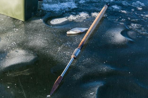 Vissen op ijs man op wintervissers op het ijs van de bevroren meervissers