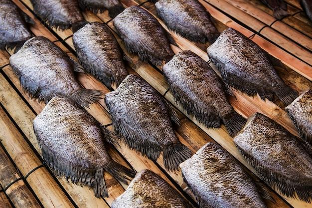Vissen (trichogaster-borstspiegel) schikken op rotan in markt