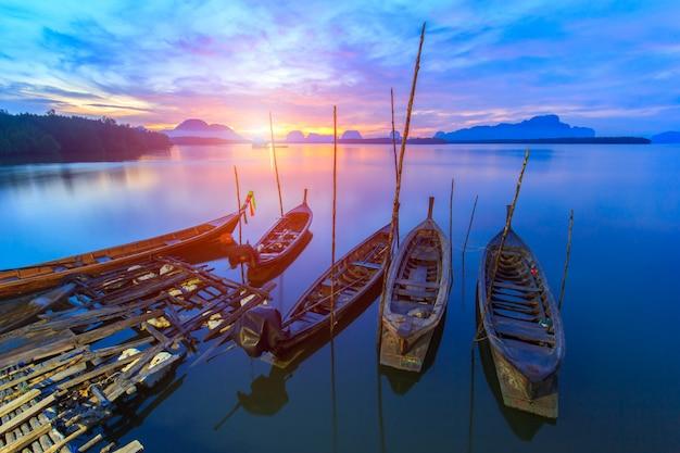Vissend dorp en zonsopgang in samchong-tai, phangnga, thailand