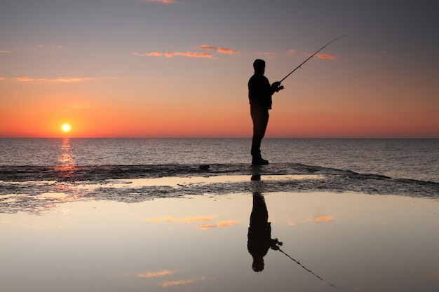 Visser bij zonsopgang