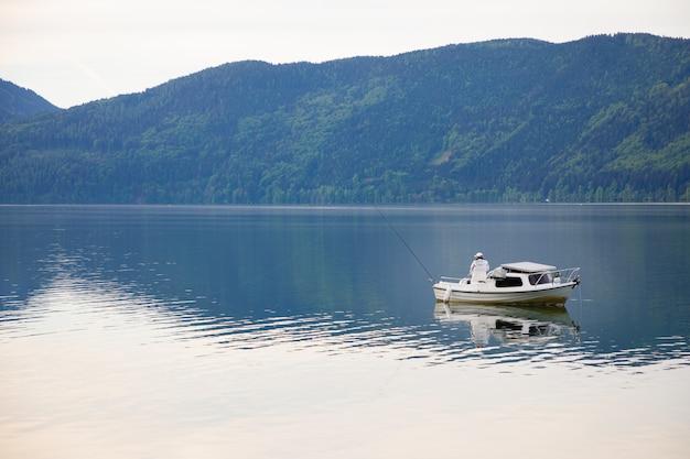 Visser op het meer van ossiacher see, meer in karinthië, ten zuiden van oostenrijk