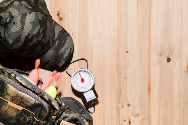 Visserij drijven in de zak met camouflage glb en weegschaal op houten bureau