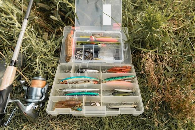 Visserij gereedschapskist op de grond