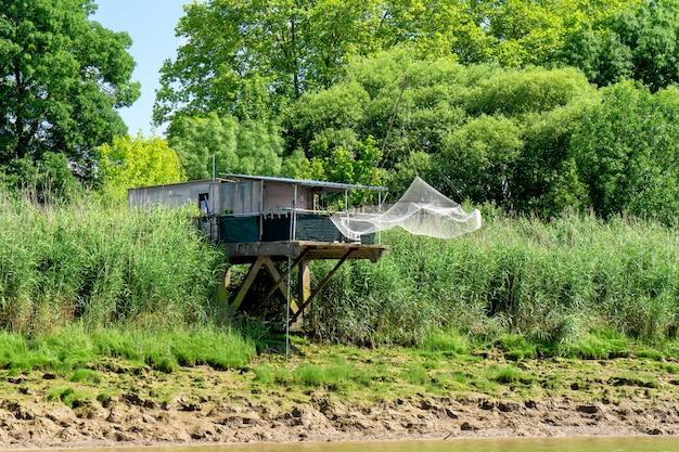 Visserij onderdak op de garonne in frankrijk