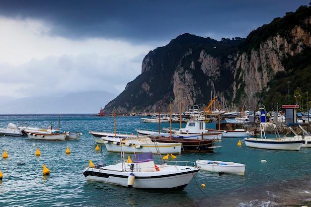 Visserijboot bij capri-eiland middellandse zee ten zuiden van italië