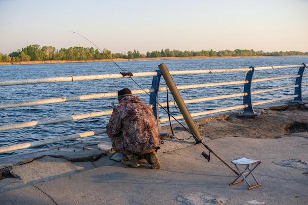 Vissers aan de waterkant in kherson, oekraïne
