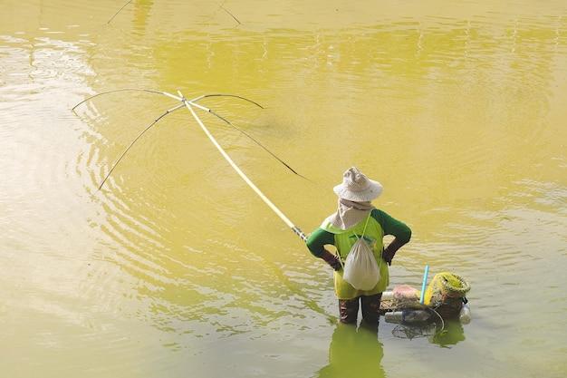 Vissers die vierkante netten genaamd yo gebruiken om vis te vangen, vissers vangen vis met yo.thailand lokale vangstvis.