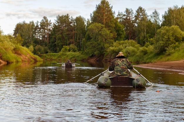 Vissers op rubberboten vissen