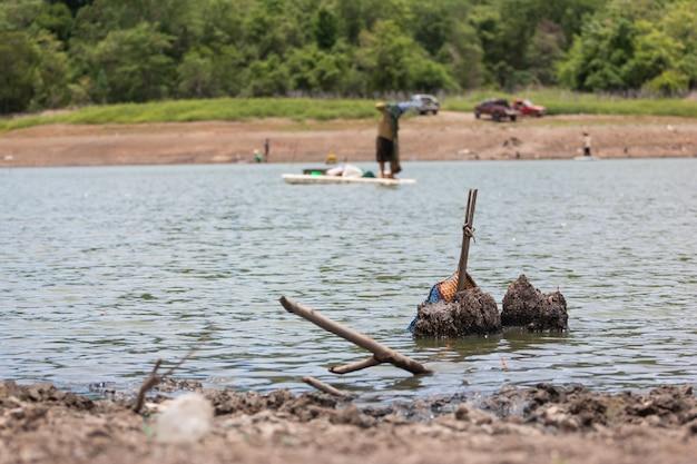Vissers vissen in de rivier