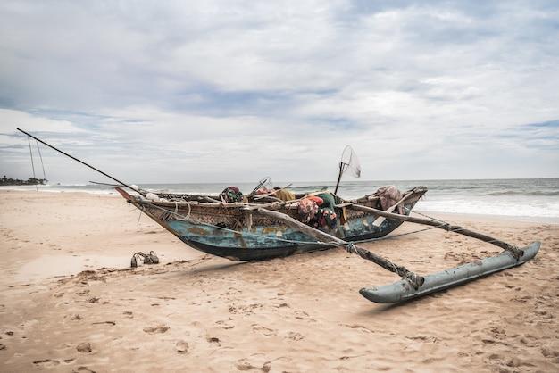 Vissersboot aan de kust bij bentota beach, sri lanka.