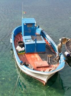 Vissersboot binnen in haven in zuid-italië