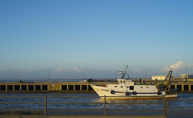 Vissersboot die een europese haven verlaat