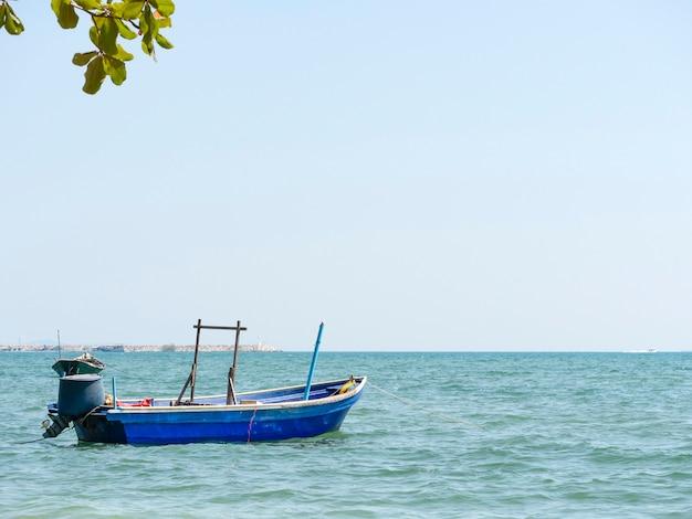 Vissersboot die in de haven verankert