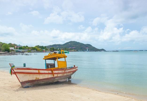 Vissersboot die op het strand wordt vastgelegd.