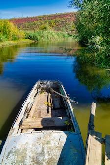 Vissersboot die op rivieroever wordt verankerd