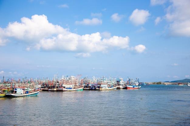 Vissersboot en vervoer in de zeevruchtenindustrie bij kust