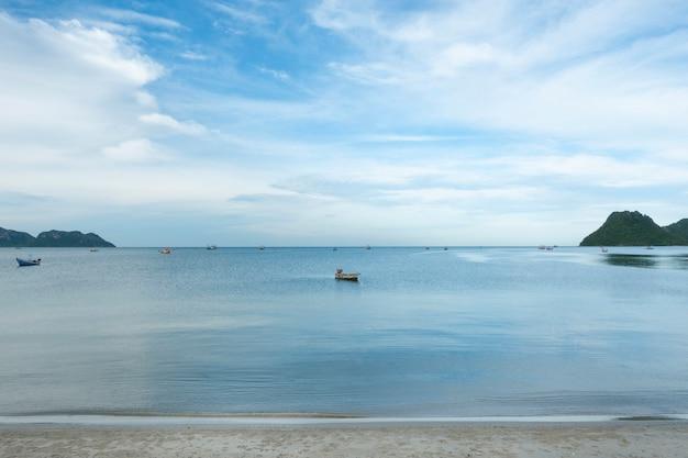 Vissersboot in de zee en de blauwe hemelachtergrond in de baai thailand, op een rustige dag.