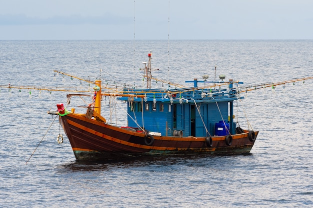 Vissersboot in de zee