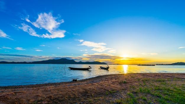 Vissersboot met zonsondergang bij het reservoir van klappra, sriracha chon buri, thailand