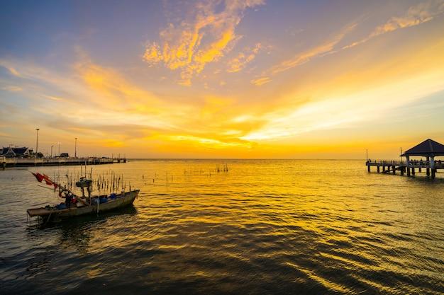 Vissersboot met zonsondergang bij laem tan bangsan beach, sriracha, chonburi, thailand.