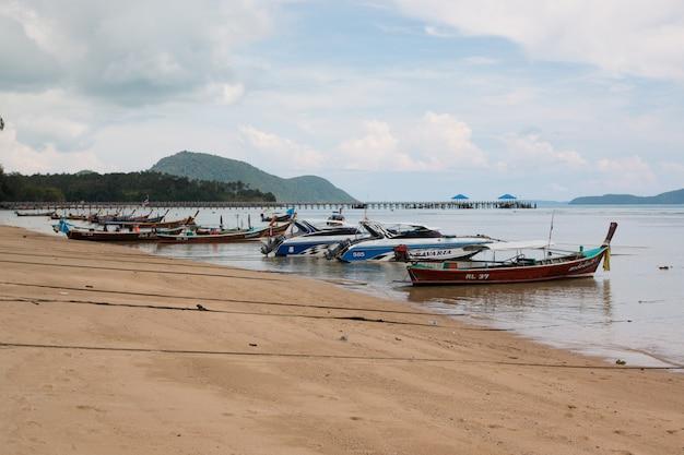 Vissersboot op het strand van thaise overzees in phuket