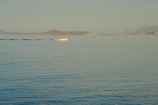 Vissersboot op volle zee met de kust van kreta